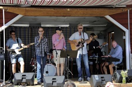 Musikunderhållning på torget med Stig Lindells band och gäster.