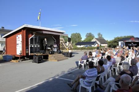 Avslutningskonsert på torget med Petter Simonsen och Mathilda Röjdemo.