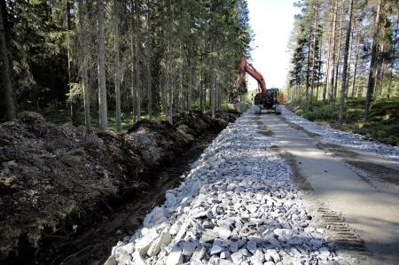 10 juli 2018 - Det grävs kabeldiken längs med vägen till nya transformatorstationen.