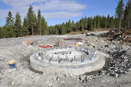10 juli 2018 - Spännstagen är monterade i fundament 7.