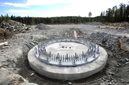 10 juli 2018 - Spännstagen är monterade i fundament 8.