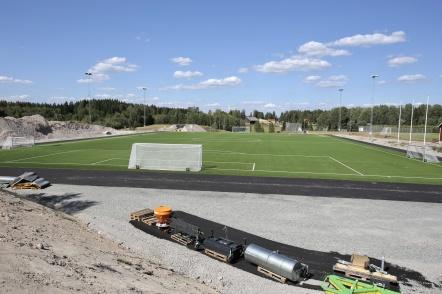 26 juli 2018 - Nu är nya konstgräsplanen på Hagavallen komplett med nya målburar. Den 18 augusti, på fotbollens dag, är det invigning.