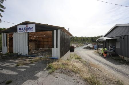 6 augusti 2018 - Garaget vid sportcentret rivs för att bereda plats för anläggningsvägen till Högås.