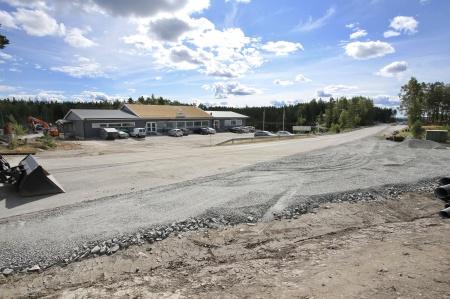 21 augusti 2018 - Infarten till anläggningsvägen mot Högås vindkraftspark har breddats, för att långa transporter skall kunna komma fram.