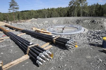 2 september 2018 - Klart för stabiliserande gjutning under stålkonstruktionen på fundament 10. Därefter skall spännstagen monteras.