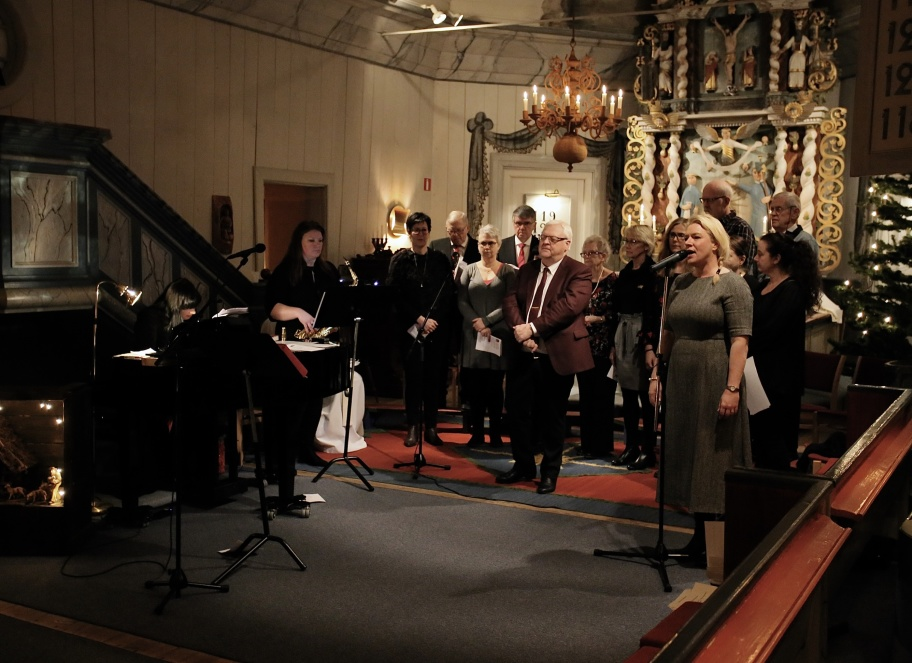 Julottan avslutades med att Catharina Patriksson Bråthen tillsammans med kören sjöng O Helga Natt.