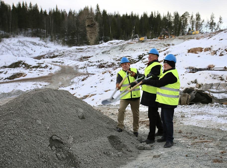 Första spadtaget för nya tullstationen vid gränsen. Örjan Gustafsson från huvudentreprenören MAVAB, kommunalrådet i Årjängs kommun Daniel Schützer och Hans-Peter Olsson från Tullverket höll i spaden.