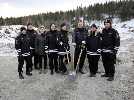 Några ur arbetsstyrkan vid tullstationen i Hån fanns på plats för att bevittna första spadtaget för deras nya arbetsplats.