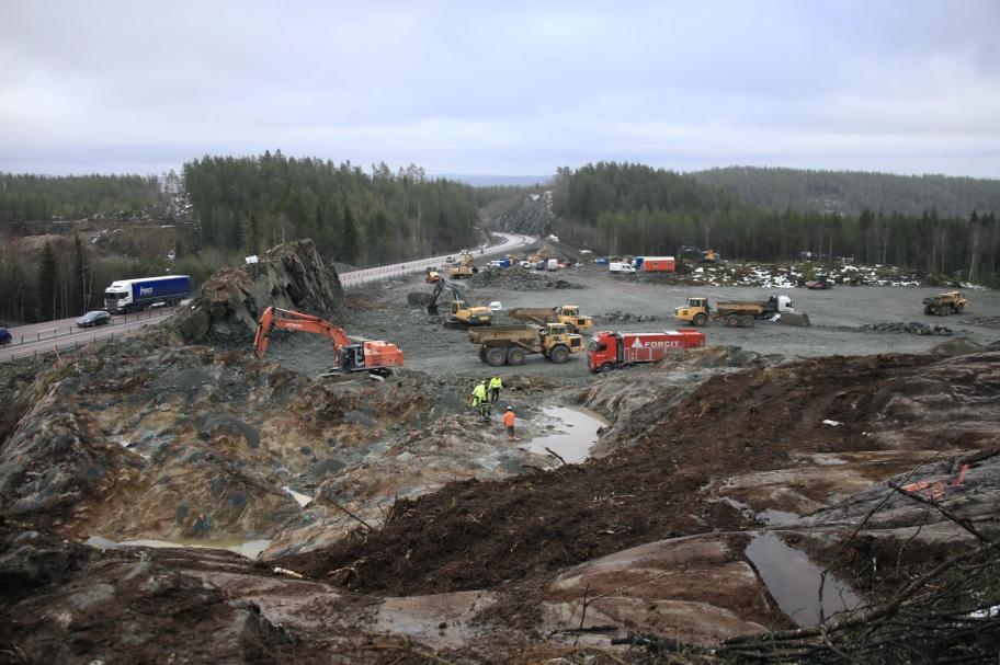 19 februari 2019 - Nu laddas det för nästa sprängning, för nya tullstationen vid E18 i Hån.