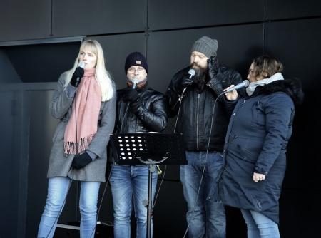 Musikgruppen HJEM sjöng och spelade.