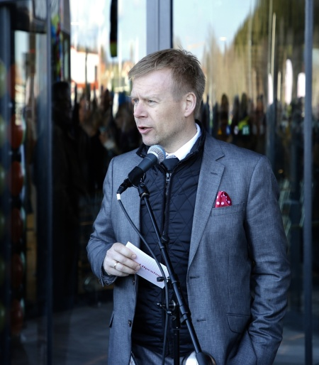 Center manager Lars Erik Eröy tackade Olav för hans vilja att investera i västra Värmland, Sissel för hennes arbete med ny färgsättning i centret och så tackade han alla byggarbetare och hantverkare som utfört ett fantastiskt arbete.