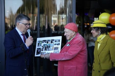 Kjell Ericsson överlämnade en tavla till Olav Thon, med bilder från bl a invigningen av centrets första etapp 2005.