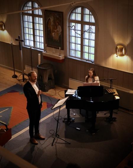 Amanda Thorell sång och piano, Tony Nilsson sång.