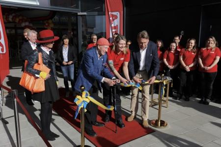 14 maj - Bandet är klippt och det nya Jula varuhuset i Töcksfors shoppingcenter är invigt.