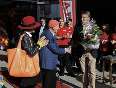 14 maj - Olav Thon överlämnade en blomma till ägaren av JULA Karl-Johan Blank, med lyckönskningar.