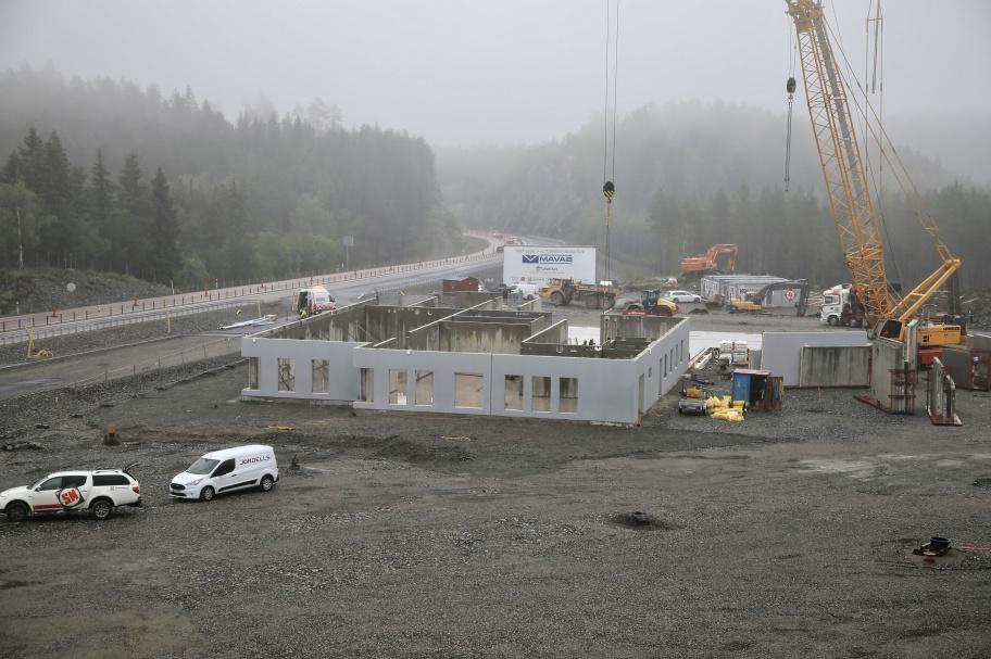 13 juni 2019 - Arbetet med montering av Prefab-väggarna till nya tullstationen fortskrider.