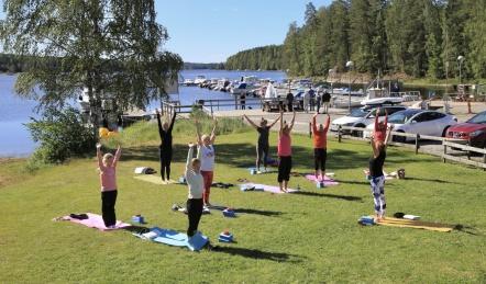 Dagen började med YOGA på Playa Sandviken vid Töcksfors Camping.