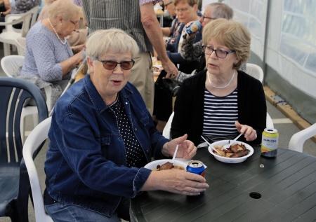 Många passade på att äta nävgröt med fläsk.