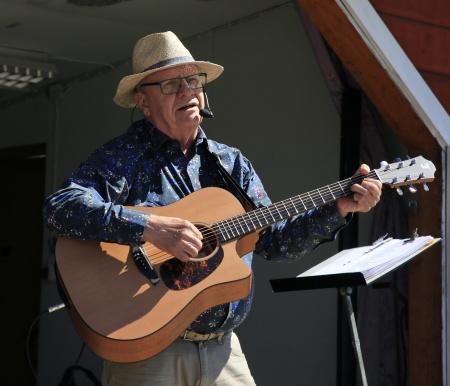 Åke Holt sjöng och spelade från scenen.