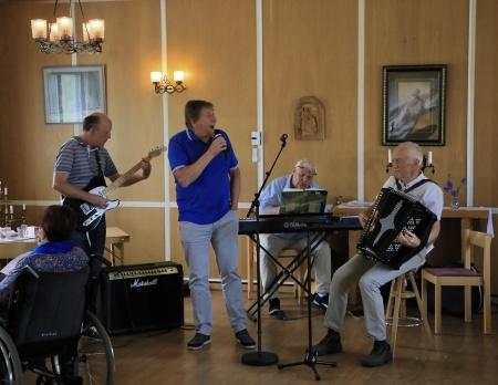 Jonas Sjöqvist, Thore Berglund, Runar Patriksson och Tore Sjöqvist sjöng och spelade i Församlingshemmet.