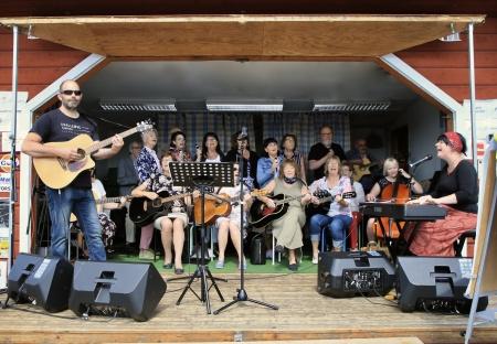 CoffeeChoir med Matilda Röjdemo sjöng och spelade från scenen.