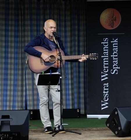 Dan Johansson sjöng och spelade från scenen.