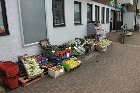 Nya livsmedelsbutiken vid torget hade flyttat ut grönsaksförsäljningen.