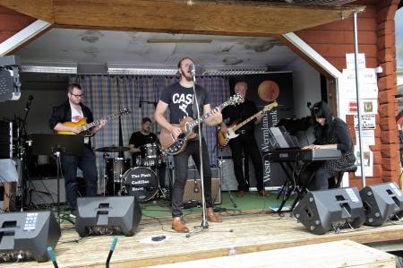 Andreas Jonsson & The Pink Cadillac Band bjöd på en timma svängig musik från scenen, för att senare på kvällen fortsätta spela i Kulturladan Vârke.