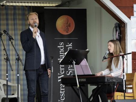 Tony Nilsson och Amanda Thorell sjöng och spelade.