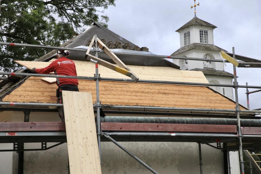 13 augusti 2019 - Nu har renoveringen av skiffertaket på kapellet vid Töcksmarks kyrka startat, det är företaget Takskifferspecialisten i Grythyttan som utför arbetet.