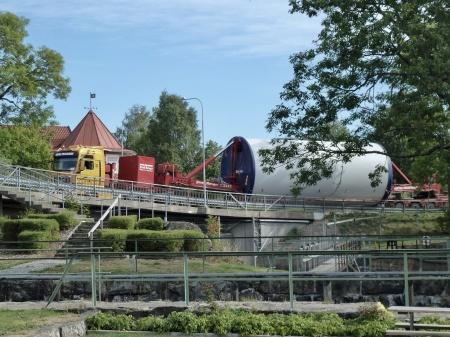 Vissa transporter kördes, på grund av höjdhinder på E18, genom Töcksfors centrum.
