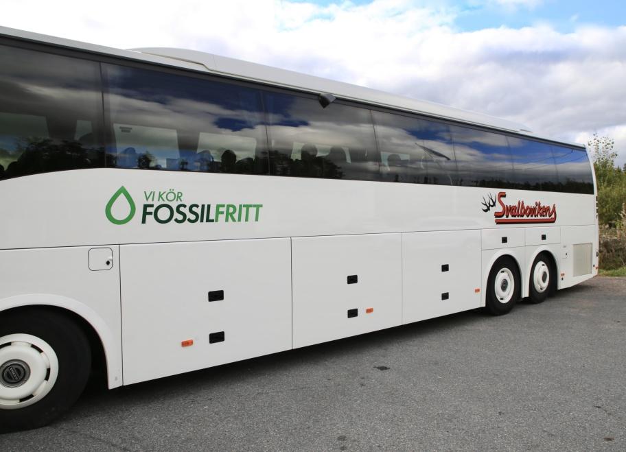 26 september 2019 - Nu börjar de goda exemplen dyka upp på vägarna. Idag kunde man se Svalbovikens Buss som rastade uppe vid gränsen. Dom har bestämt att ta klimatansvar och kör Fossilfritt på HVO Syntetisk diesel i en vanlig dieselmotor. HVO diesel tillverkas av slakt- och restavfall och kan köpas på alltfler ställen i Sverige.