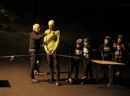 Rune Iversen från Marker Sparebank klippte bandet och förklarade rullskidbanan för öppnad.
