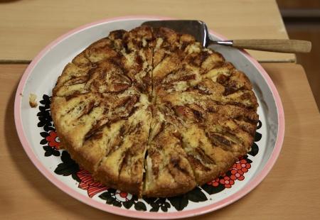 Kyrkringen bjöd på äppelkaka och hembakt kaffebröd.