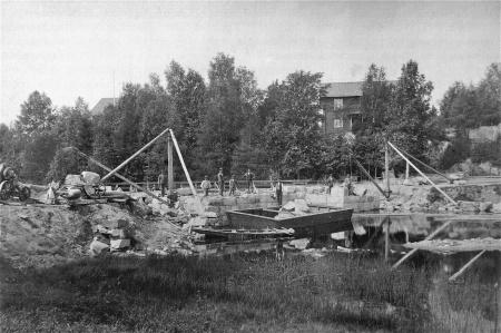 Här bygger man stensättningen till nya svängbara bron. Foto Årjängs kommuns bildbank