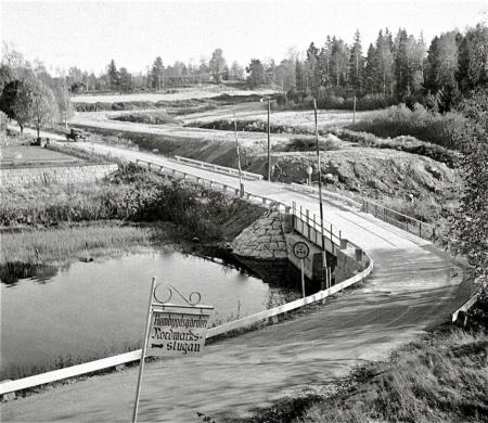 Mitten av 1950-talet - I bakgrunden pågår bygget av nya Riksväg 9 ( nuvarande E18 ). Foto okänd