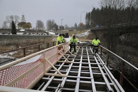 8 november 2019 - Kanaldirektör Benny Ruus, Sven Olof Ahlberg från Kulturbyggnadsbyrån, Peter Wallberg från Gotenius Varv och Roger Carlsson från Sweco inspekterade bron.