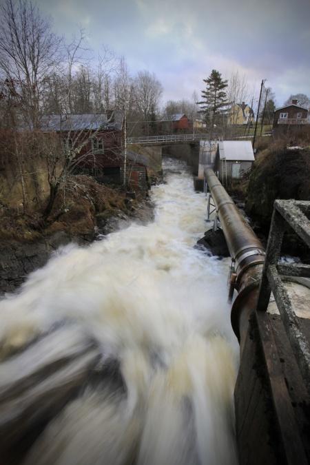 Vattnet från sjöar och vattendrag i  Norge störtar nerför forsen i Östervallskog och vidare ut i sjön Östen.