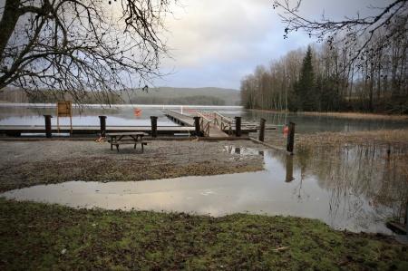 Vid Käglans båthamn i Östervallskog stiger vattnet över den nya kajen.