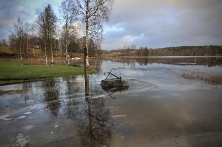 Vattnet stiger kraftigt i Östervallskog.