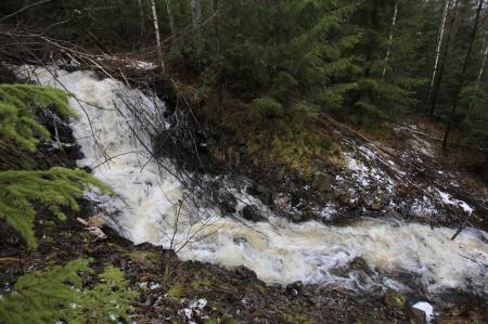 Även Krontjärn skickar vatten ner mot de lägre vattendragen och sjöarna.