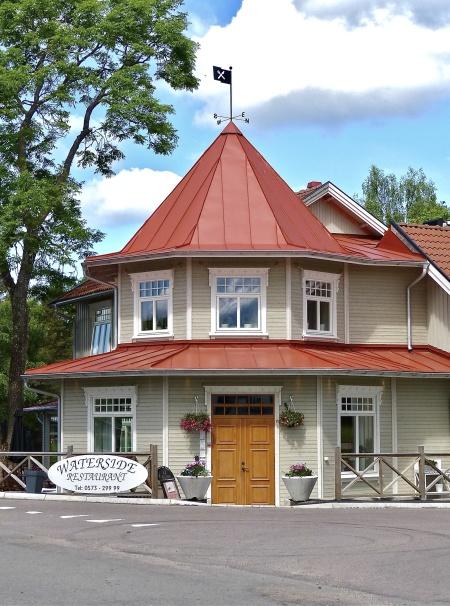 . . . och Waterside Restaurant i Töcksfors centrum.