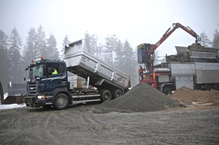 Det går åt mycket grus och sand till betong-tillverkningen.