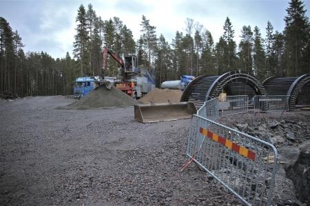 Betongblandaren flyttas efterhand inom området, för att så snabbt som möjligt få fram betongen till de olika gjutplatserna.