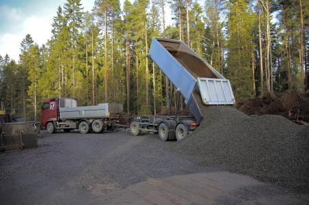 Mera grus till betongblandaren.