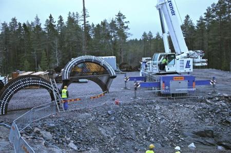 22. Klart att lyfta fundamentets stålkonstruktionen på plats.