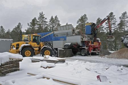 48. Hämtning av mer betong vid betongblandaren.