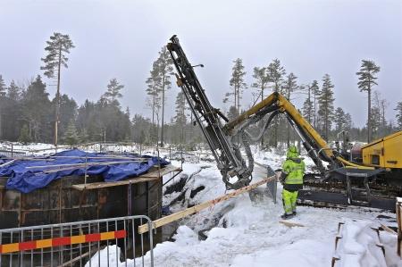 52. Runt fundamentet borras 3 st 30 meter djupa snedställda hål i berget för djupjordtag = åskledare som ska skydda vindkraftverket vid ett åsknedslag.