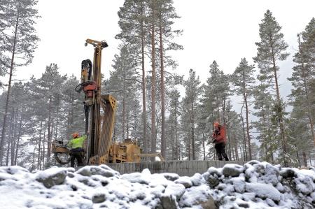 53. Borrning av 16 st hål 11 meter ner i berget där wirestag skall fästas och spännas som bergförankring.