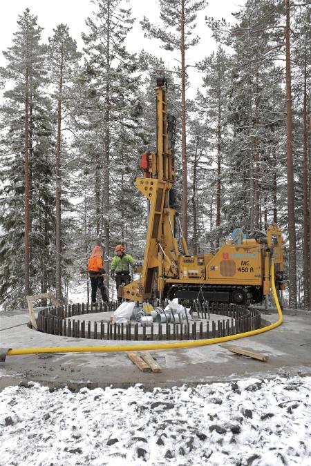 54. Borrning av 16 st hål 11 meter ner i berget där wirestag skall fästas och spännas som bergförankring.